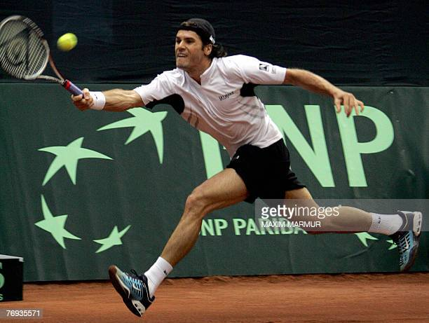 German Tommy Haas returns a ball to Russian Igor Andreev during their semi-final Davis Cup match in Moscow, 21 September 2007. AFP PHOTO / MAXIM...