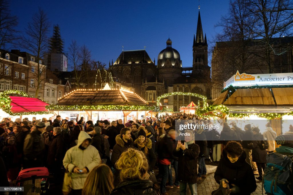 the Aachener Weihnachtsmarkt, Christmas Market, and the city hall in the background.