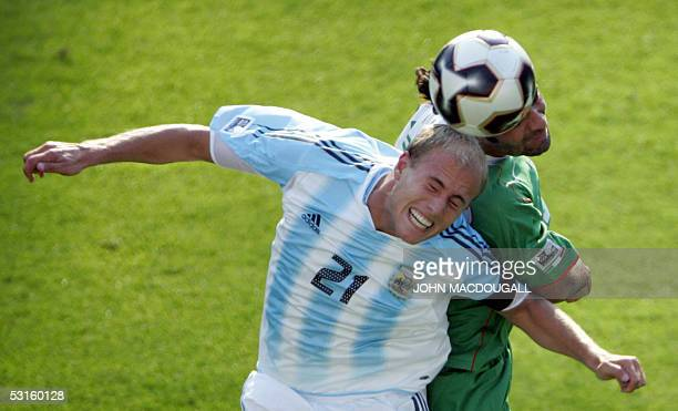 Argentina's Luciano Figueroa vies for the ball against Mexico's Rafael Marquez during the 2005 FIFA Confederations Cup football semifinal Mexico vs...