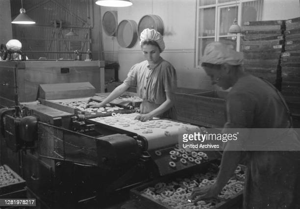 Germany around 1950, Saxony-Anhalt, sugar goods factory in Zeitz, women at work on the assembly line.