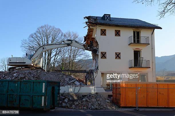 germany, bad heilbrunn, demolishing of a house - derribado fotografías e imágenes de stock