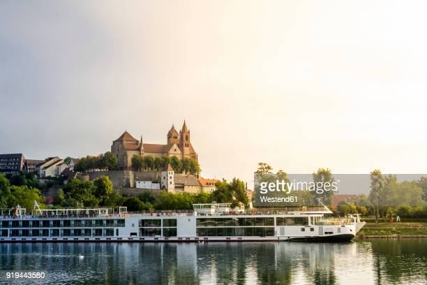 germany, baden-wuerttemberg, breisach, old town, view to breisach minster, tourboat in the foreground - rhine river stock pictures, royalty-free photos & images