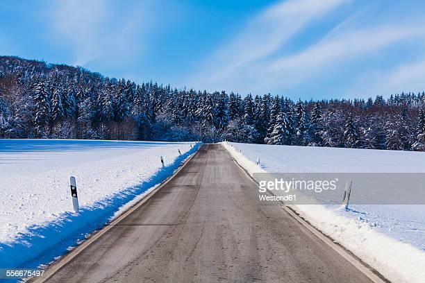 Germany, Baden-Wuerttemberg, Swabian Alb, country road in winter