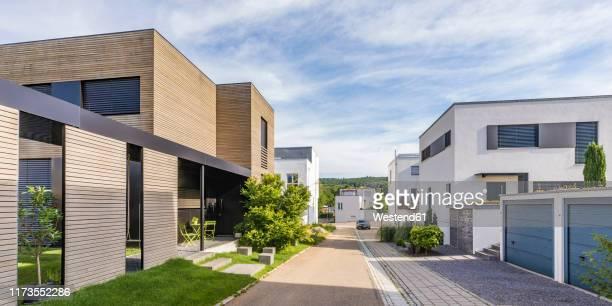 germany, baden-wurttemberg, esslingen, new energy efficient residential houses - vorort wohnsiedlung stock-fotos und bilder