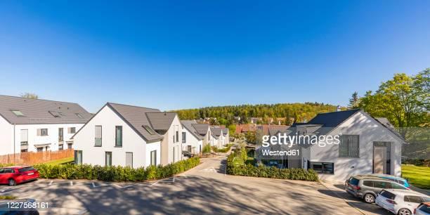 germany, baden-wurttemberg, leinfelden-echterdingen, clear sky over modern suburb - kleinstadt stock-fotos und bilder
