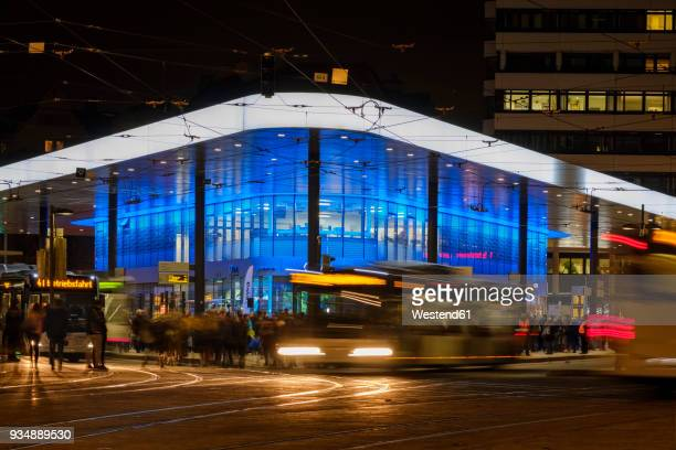 germany, bavaria, augsburg, koenigsplatz, busses in the evening - augsburg zwaben stockfoto's en -beelden
