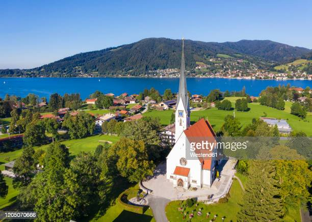 germany, bavaria, bad wiessee, aerial view of maria himmelfahrt kirche in summer - kirche - fotografias e filmes do acervo