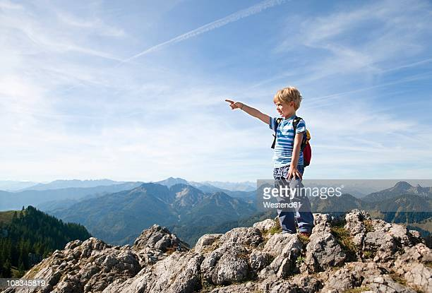 germany, bavaria, boy (4-5 years) on mountain summit looking at view - alleen jongens stockfoto's en -beelden
