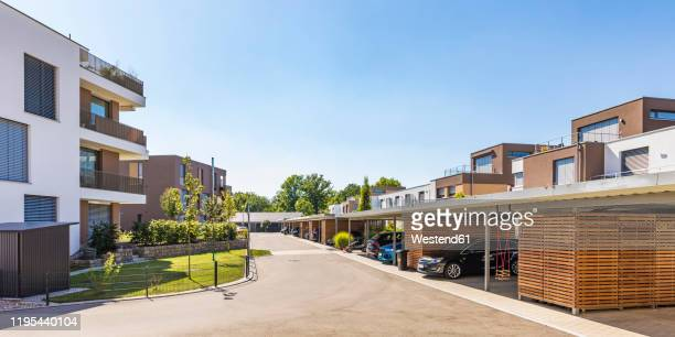 germany, bavaria, elchingen, modern suburb on sunny day - vorort wohnsiedlung stock-fotos und bilder
