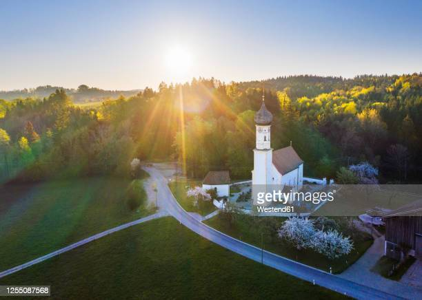 germany, bavaria, fischbach, drone view of kirche saint johannes at sunrise - kirche - fotografias e filmes do acervo