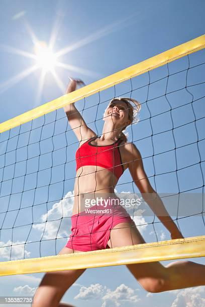 germany, bavaria, mauern, young woman taking shot in beach volleyball - strandvolleyball spielerin stock-fotos und bilder