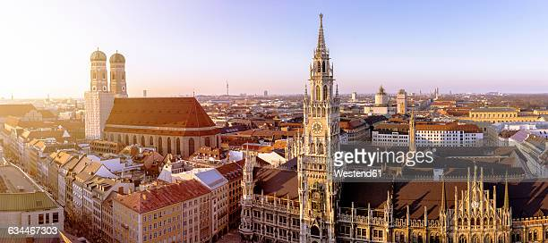 germany, bavaria, munich, church of our lady and new town hall at marienplatz, panorama - münchen stock-fotos und bilder