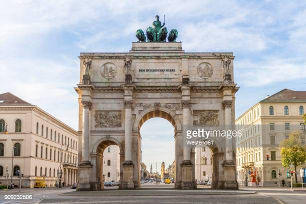 germany, bavaria, munich, north facade of victory gate, view to ludwigstraße - münchen stock-fotos und bilder