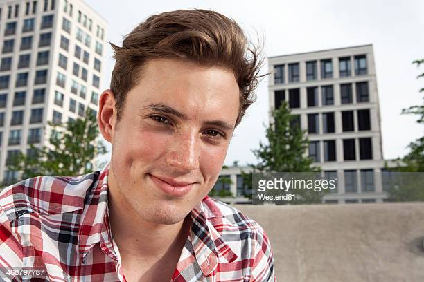 germany, bavaria, munich, smiling young man outdoors, portrait - 18 19 jahre stock-fotos und bilder