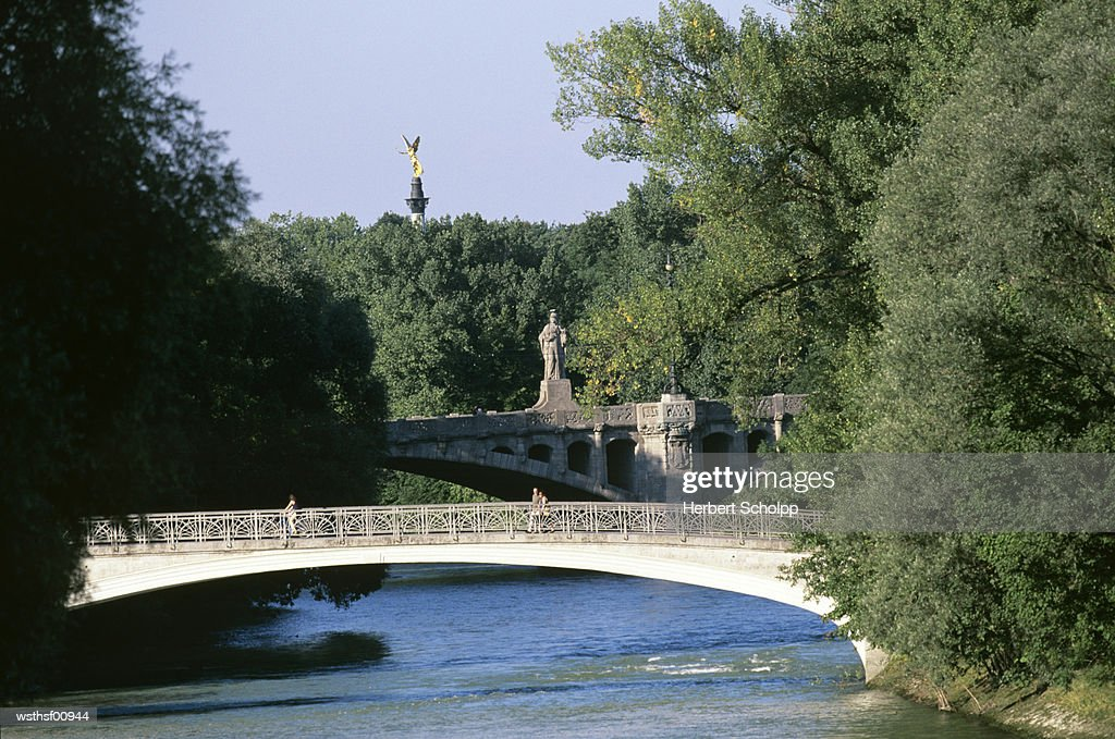 Germany, Bavaria, Munich, The river Isar at the Praterinsel, Friedensengel in the background : Foto de stock