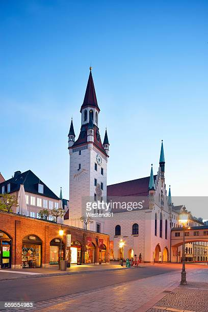 Germany, Bavaria, Munich, View from Viktualienmarkt to old town hall and tower, Talburgtor in the evening