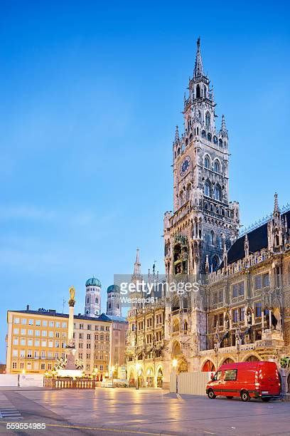 germany, bavaria, munich, view of marienplatz, new town hall, marian column and frauenkirche in the evening - rathaus stock-fotos und bilder