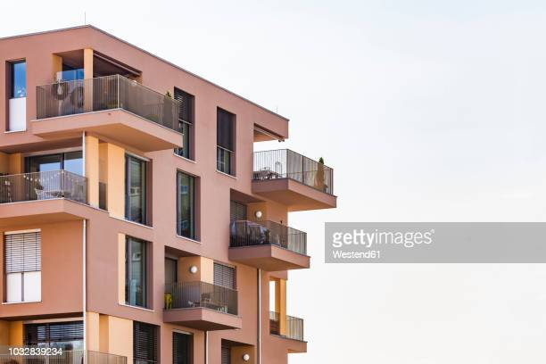germany, bavaria, neu-ulm, thalfingen, modern multi-family house, efficiency house - neu fotografías e imágenes de stock