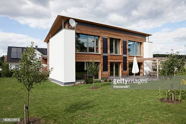 germany, bavaria, nuremberg, view of modern house with garden - wohnhaus stock-fotos und bilder