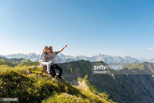 germany, bavaria, oberstdorf, family with little daughter on a hike in the mountains having a break looking at view - baviera fotografías e imágenes de stock