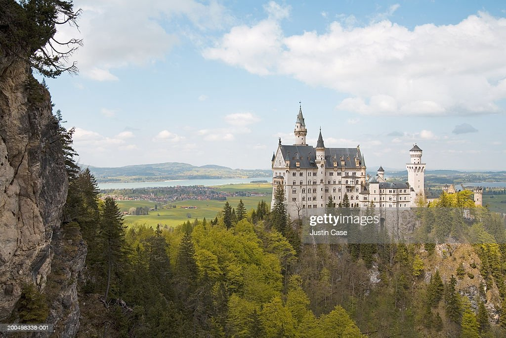 Germany, Bavaria, Schloss Neuschwanstein surrounded by forest : Foto de stock