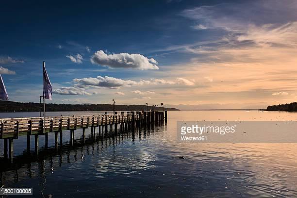 germany, bavaria, starnberg, lake starnberg, wooden jetty in the evening - starnberg photos et images de collection