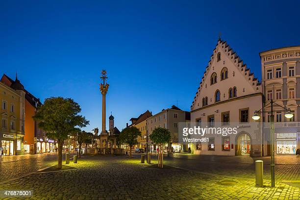 germany, bavaria, straubing, theresienplatz square with trinity column - straubing stock pictures, royalty-free photos & images