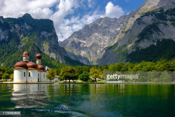 germany, bavaria, upper bavaria, berchtesgaden national park, watzmann east face, view of st. bartholomae church at lake koenigssee - berchtesgaden stock pictures, royalty-free photos & images