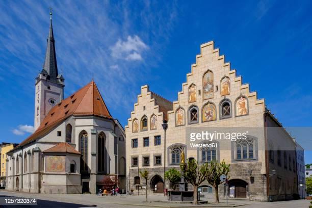 germany, bavaria, upper bavaria, wasserburg am inn, marienplatz,town hall and church of our lady - rathaus stock-fotos und bilder