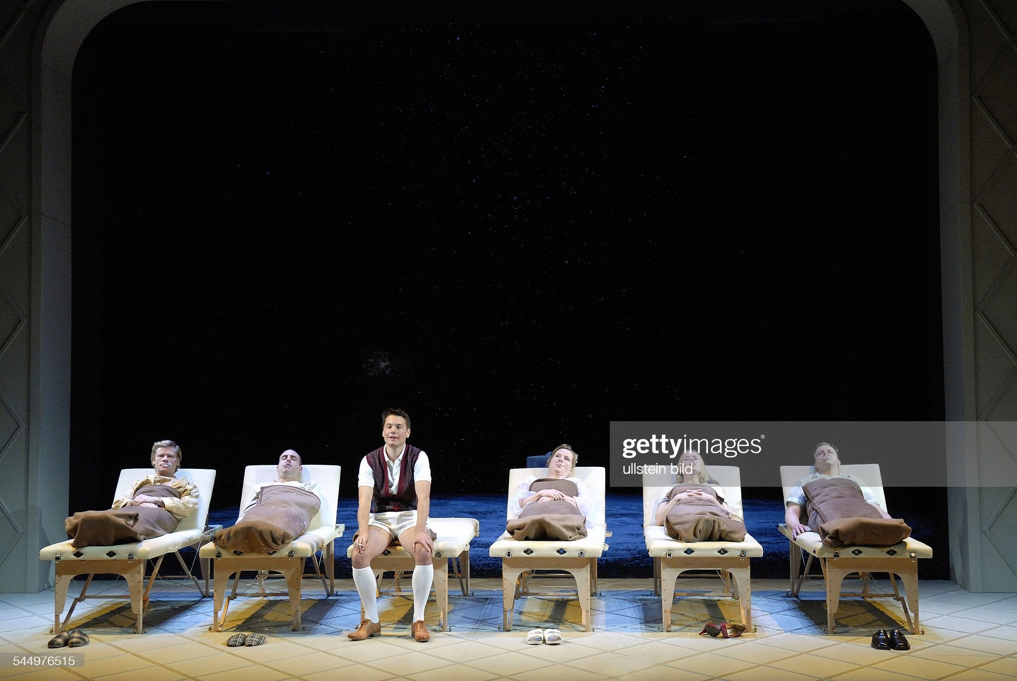 Germany - Berlin - Berlin: Maxim-Gorki-Theatre ; play: The Magic Mountain (Der Zauberberg) by: Thomas Mann. director: Stefan Bachmann. premiere: 27. September 2008actors: Gunnar Teuber, Miguel Abrantes Ostrowski, Marek Harloff (Hans Castorp), Ruth Re : ニュース写真