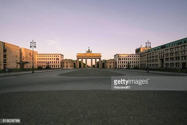 germany, berlin, berlin-mitte, view to brandenburger tor in the morning - städtischer platz stock-fotos und bilder