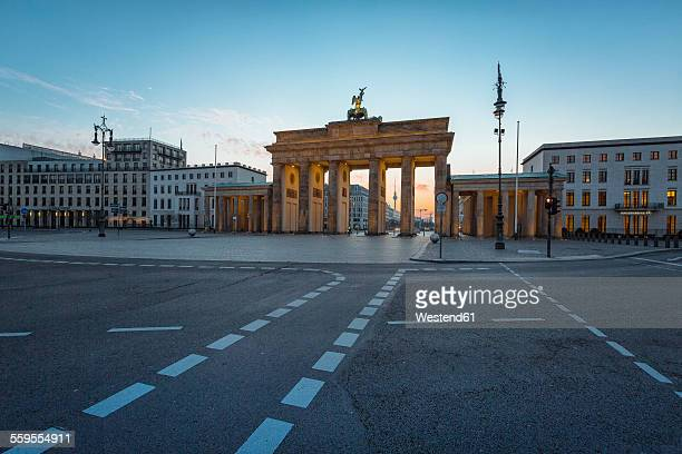 germany, berlin, brandenburg gate at dawn - brandenburger tor stock-fotos und bilder