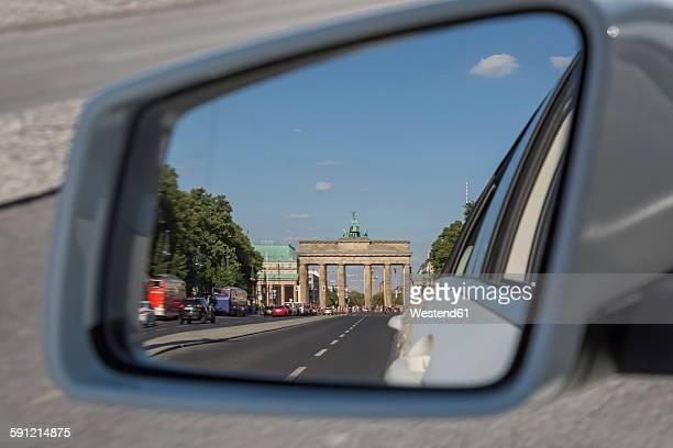 Germany, Berlin, Brandenburger Tor in the mirror of a car on Strasse des 17. Juni