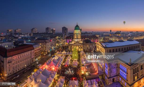 germany, berlin, christmas market at gendarmenmarkt in the evening - gendarmenmarkt - fotografias e filmes do acervo