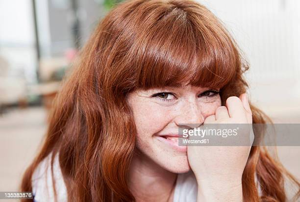 germany, berlin, close up of young woman, smiling, portrait - redhead stock pictures, royalty-free photos & images