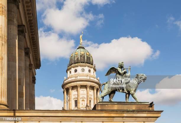 germany, berlin, gendarmenmarkt, konzerthaus berlin and french cathedral - konzerthaus berlin stock pictures, royalty-free photos & images