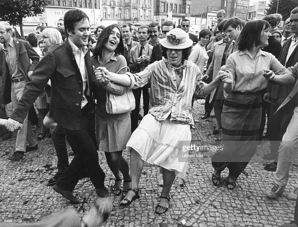 Germany, Berlin. Happening of the 'Kommune I' at Kurfuerstendamm after the discharge of Fritz Teufel. in the middle wearing women's clothes Rainer Langhans, left Andreas Baader, right: Dorothea Ridder. : News Photo