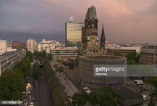 germany, berlin, kaiser wilhelm memorial church and skyline - memorial kaiser wilhelm - fotografias e filmes do acervo
