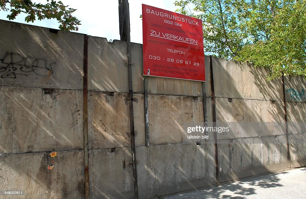Germany Berlin Mitte - building site for sale on the area of the former Berlin Wall at Gartenstrasse, near Bernauer Strasse : News Photo