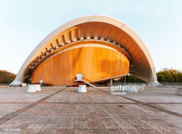 germany, berlin, mitte, house of the worlds cultures(hausderkulturenderwelt) - kunst, kultur und unterhaltung stock-fotos und bilder