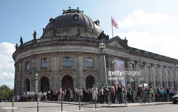 Germany Berlin Mitte people queuing for the exhibition 'Faces of the Renaissance' in the Bode Museum