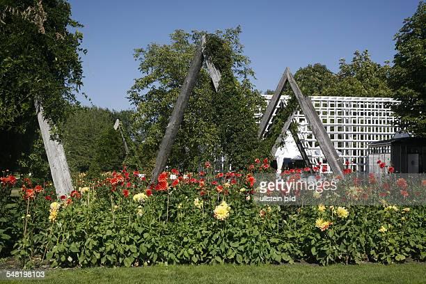 Germany Berlin Neukoelln late summer at park Britzer Garten dahlia show Dahlienfeuer