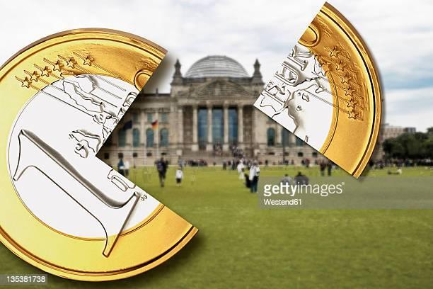 germany, berlin, one euro coin with quarter piece in front of german bundestag building - 金融政策 ストックフォトと画像