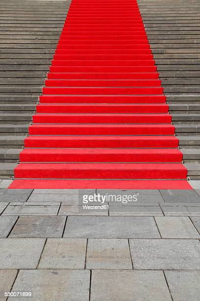 germany, berlin, red carpet at stone staircase - tapete vermelho - fotografias e filmes do acervo