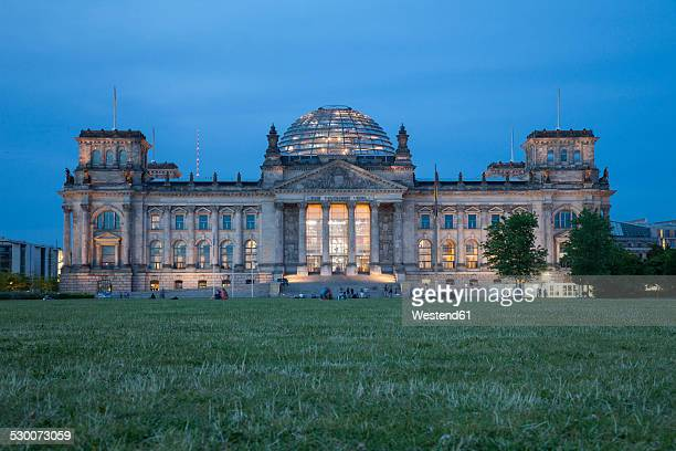 germany, berlin, reichstag building in the evening - ライヒスターク ストックフォトと画像