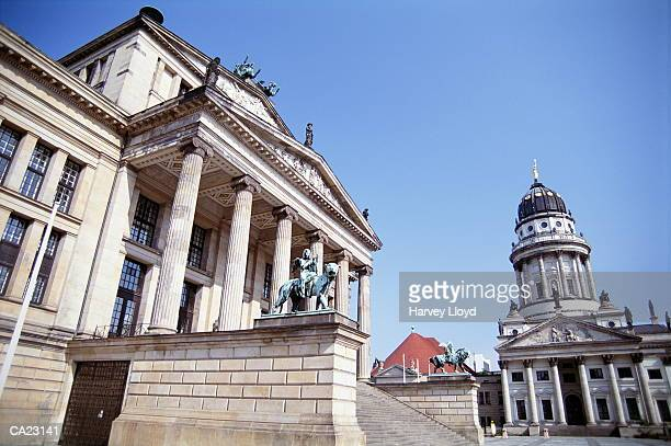 germany, berlin, schauspielhaus and french basilica - gendarmenmarkt stock pictures, royalty-free photos & images