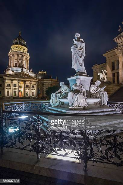 germany, berlin, schiller monument at gendarmenmarkt with german cathedral in the background at night - konzerthaus berlin - fotografias e filmes do acervo