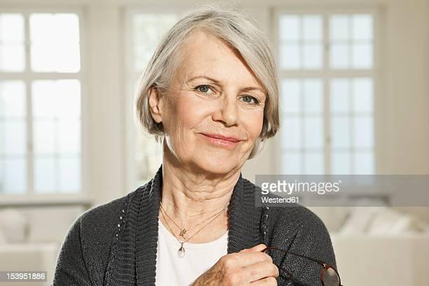 germany, berlin, senior woman with spectacles, portrait - 65 69 anos - fotografias e filmes do acervo