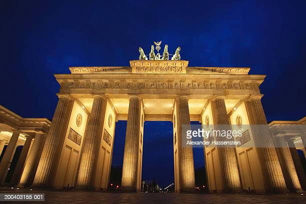 germany, berlin, the brandenburg gate, night - history stock-fotos und bilder
