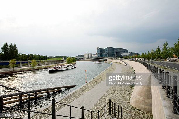 germany, berlin, the river spree, berlin hauptbahnhof (berlin's main railway station) in background - spree river stock pictures, royalty-free photos & images
